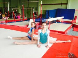 Показывая мастерство по спортивной гимнастике.....